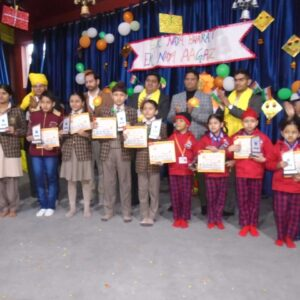CHEQUE AND PRIZE HOLDERS STUDENTS 1